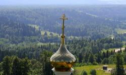 Купол храма над лесом