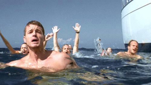 люди машут руками из воды