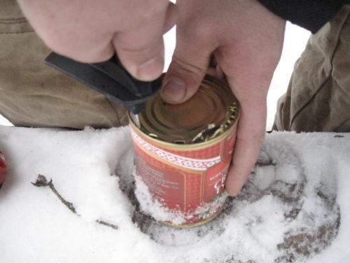 открываем консервы палкой лыжной