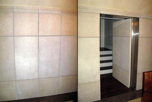 замаскерованный вход в стене