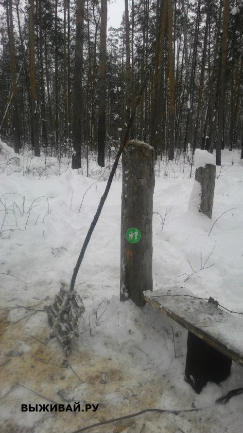 лопата для уборки снега в лесу