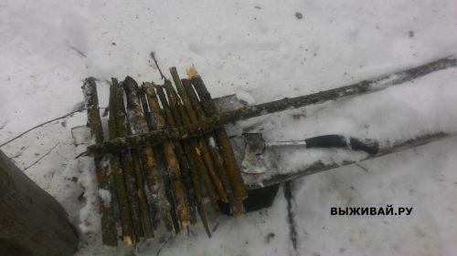 уборка снега в лесу самодельной лопатой
