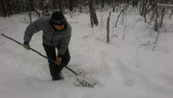Самодельная лопата для снега в условиях похода.